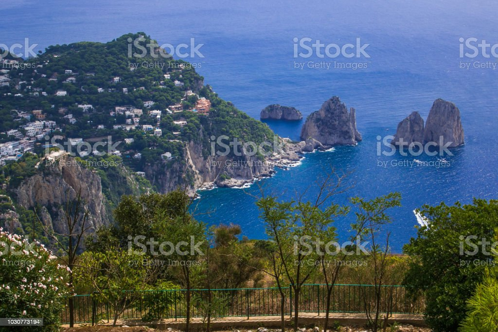 Balcone on the beautiful faraglioni of Capri - foto stock