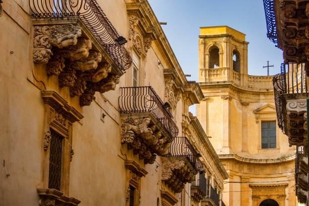 balkons in barokke stijl van via nicolaci in noto, sicilië, italië - noto sicilië stockfoto's en -beelden