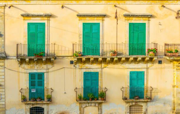 balkons van een traditioneel huis in noto, sicilië, italië - noto sicilië stockfoto's en -beelden