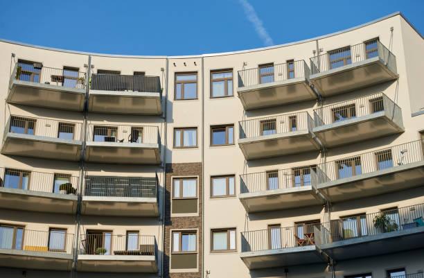 Balkone von geschwungenen Stadthäusern – Foto