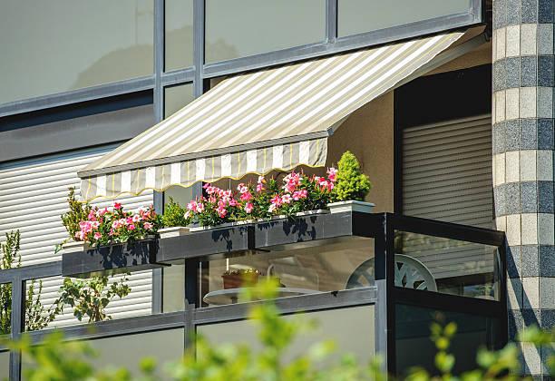 balkon markise sonnenschutz - sonnenschirm terrasse stock-fotos und bilder