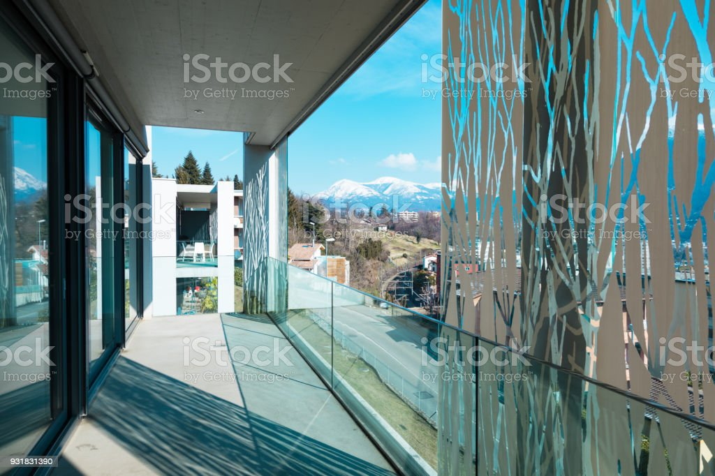 Balkon-Ecke in einer modernen Wohnung, leer und moderne – Foto