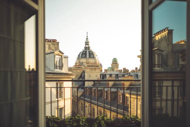 Balkonrahmen mit der Universität Paris im Hintergrund verschwommen – Foto