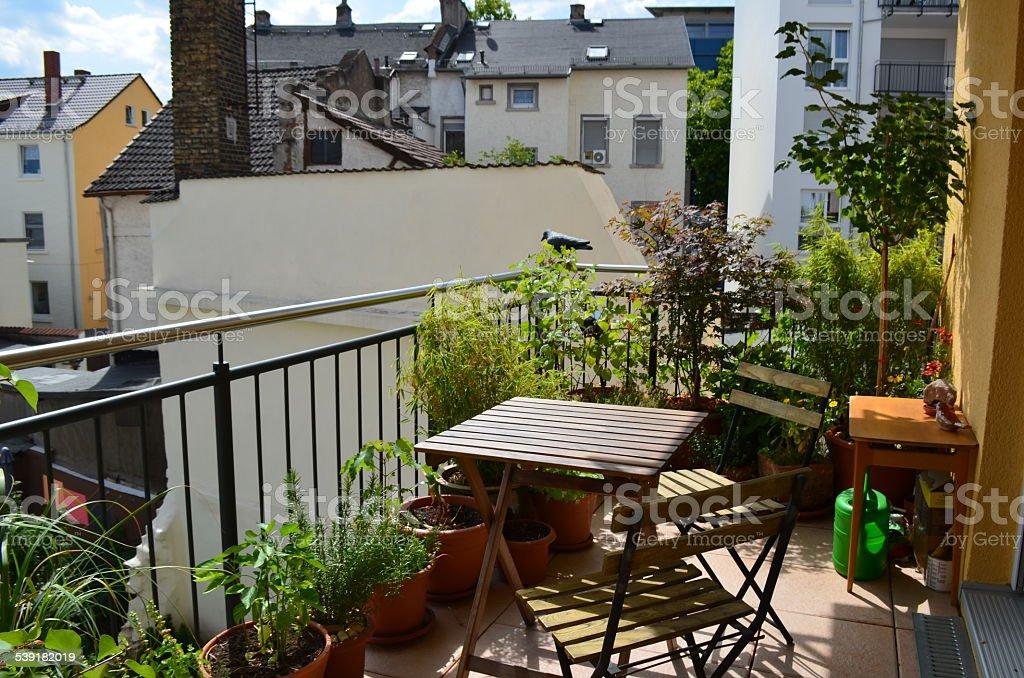 BALCÓN, VISTA AL JARDÍN, mesas y sillas: Primavera/verano - foto de stock