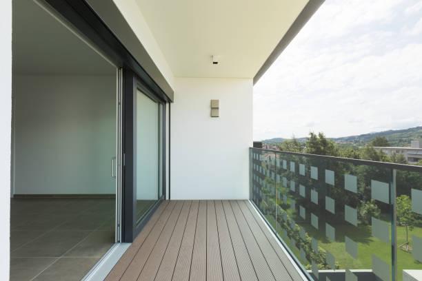 Balkon des neuen Hauses mit weißen Wänden, Querformat – Foto