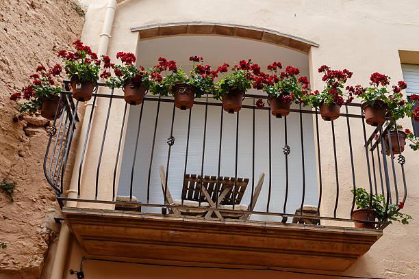 Balcón al aire libre con flores - foto de stock