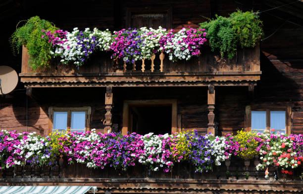 Balkon mit Blumenschmuck – Foto
