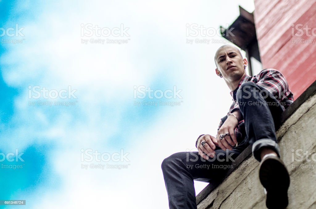 Homem careca com estilo alternativo usando anéis e alargador - foto de acervo