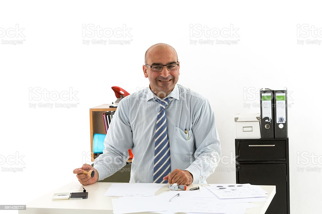 Bald office worker at desk looking laughing to the camera – Foto