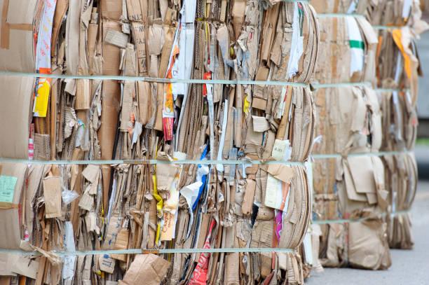 Balen van karton en vak bord met draad banden zijn straps foto