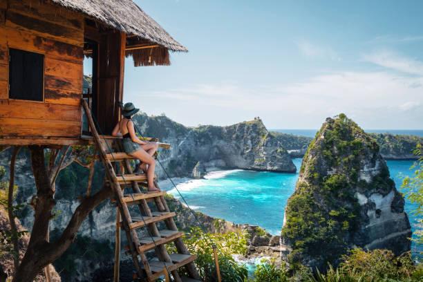 bali, indonesië, traveler on tree house bij diamond beach op het eiland nusa penida - zuidoost azië stockfoto's en -beelden