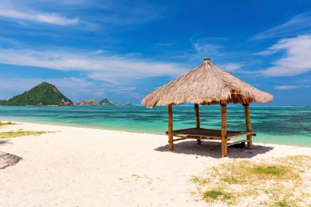 balinese hut op het witte zandstrand strand van de kuta, lombok - lombok stockfoto's en -beelden