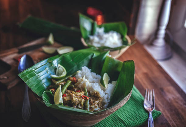 balinese pork curry dish with jasmine rice served on banana leave - kultura indonezyjska zdjęcia i obrazy z banku zdjęć