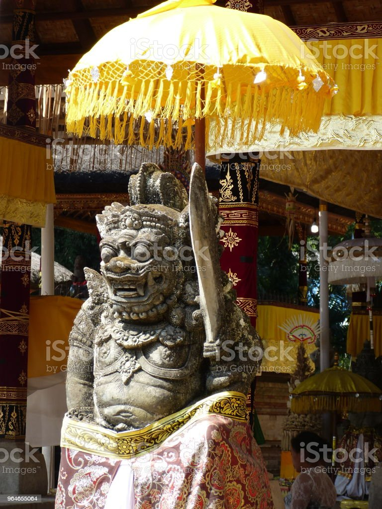 Balinesische Statue mit Regenschirm – Foto