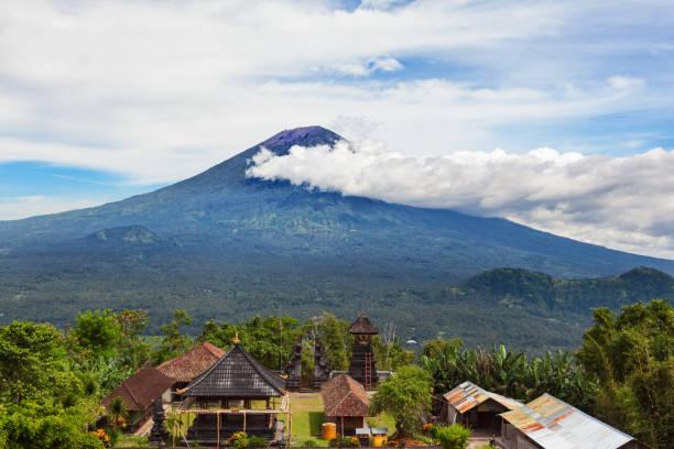 balinese temple on background of mount agung volcano - wulkan czynny zdjęcia i obrazy z banku zdjęć