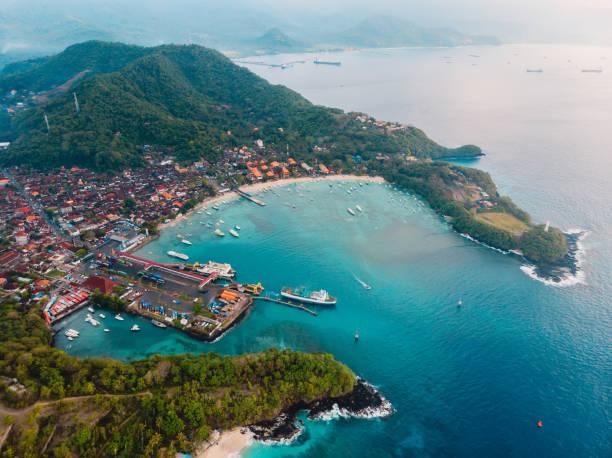 Balinesen Dorf mit Hafen, Fähre und blauem Ozean. Luftbild – Foto