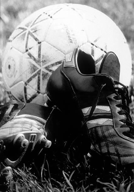 ball und stiefel - fußball poster stock-fotos und bilder