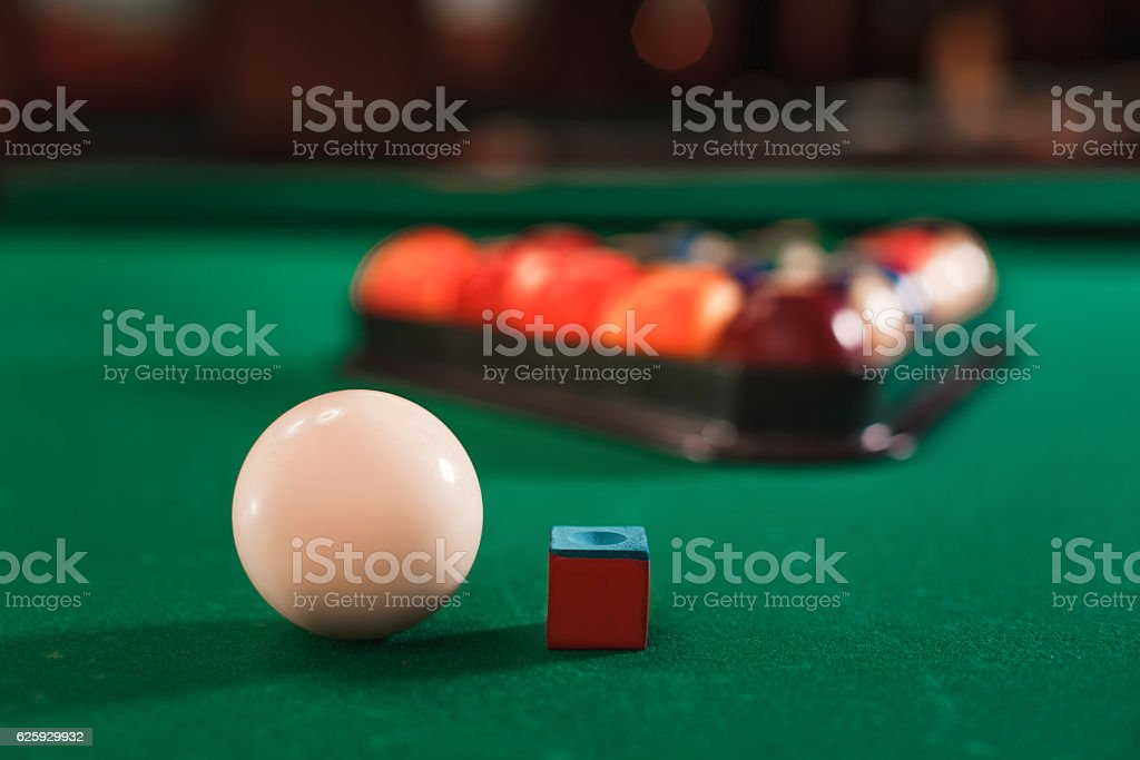 Ball and chalk on the billiard table. - foto de acervo