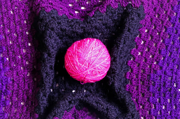 kugel aus rosa wolle in quadratischen häkeln decke - schnittmuster cardigan stock-fotos und bilder