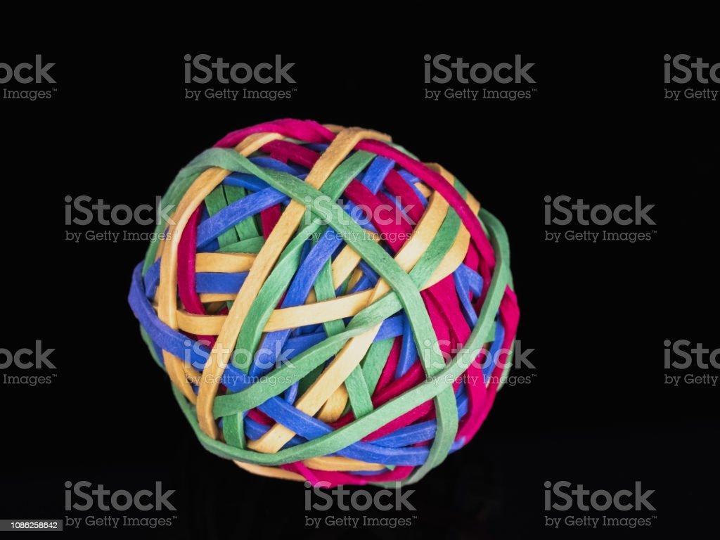 0585 Ball aus Gummibändern, schwarzer Hintergrund – Foto