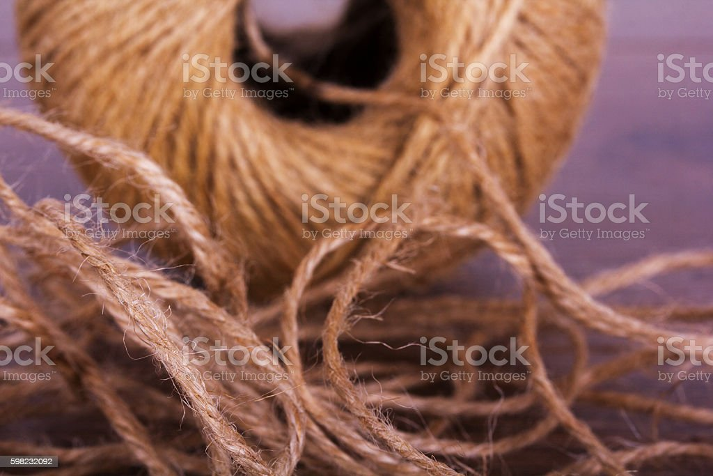 Ball of string on a wooden background foto royalty-free