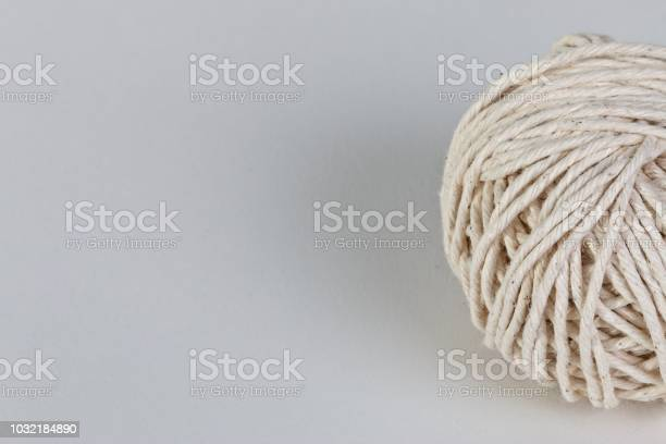 Ball of string to the right against a mid tone background picture id1032184890?b=1&k=6&m=1032184890&s=612x612&h=hlqtgymbua6jz9qydjomrwfuun1tdr1wwat dudojlc=