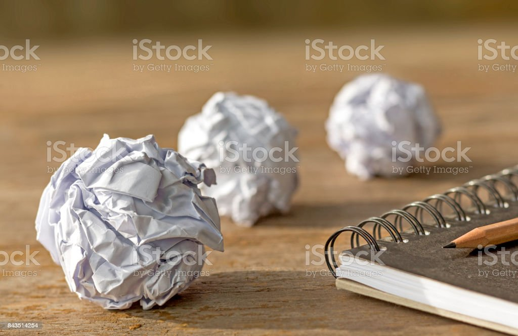 papier de boule avec ordinateur portable sur la table en bois. - Photo