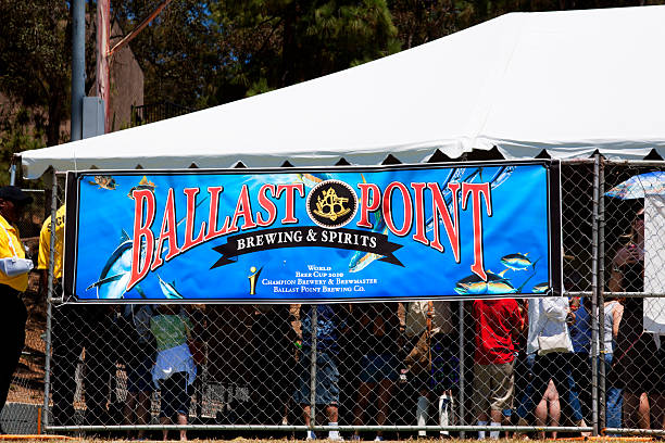 ballast point brewing & spirituosen banner - maschendrahtzaun preis stock-fotos und bilder