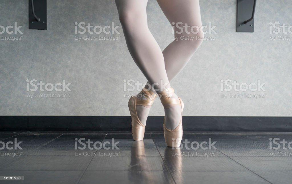 2ea1b43c1 Bailarín De La Bailarina En La Pointe De En Estudio De Ballet En ...