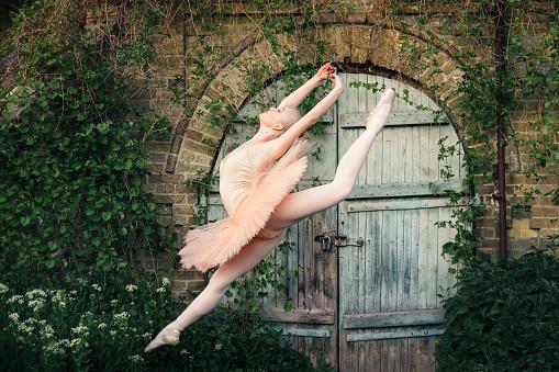 takt Låsa Otillfredsställande  Ballerina Dancing Outdoors Classic Ballet Poses In Urban Background Stock  Photo - Download Image Now - iStock