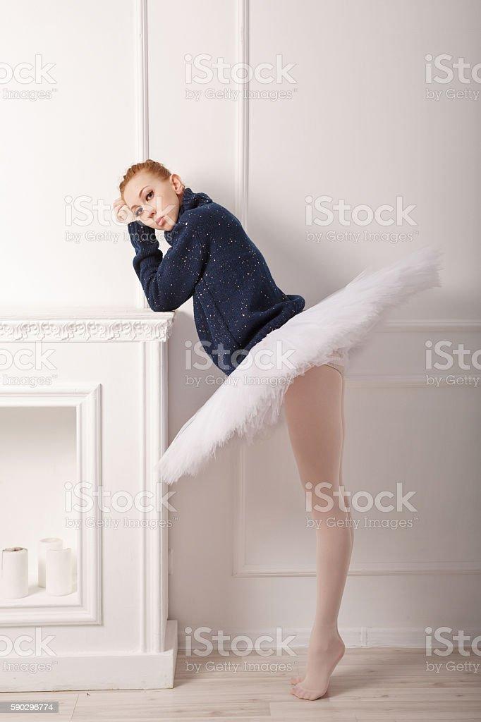 Ballerina grieves fireplace royaltyfri bildbanksbilder