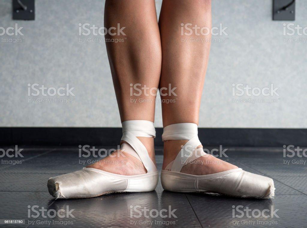 874544566 Bailarina En La Primera Posición De Ballet En El Ballet Pointe ...