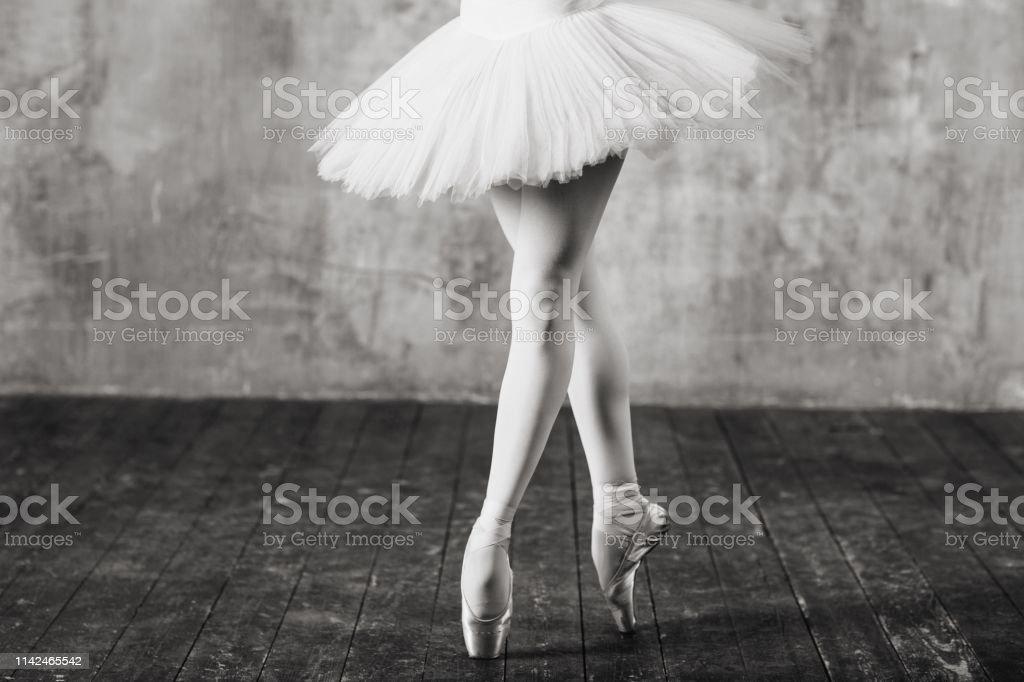 Photo Libre De Droit De Ballerine Dans La Salle De Bal