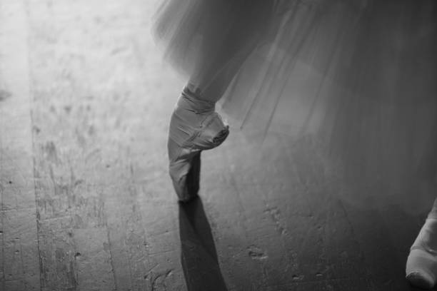 Ballerina in pointierten Schuhen hinter den Kulissen – Foto