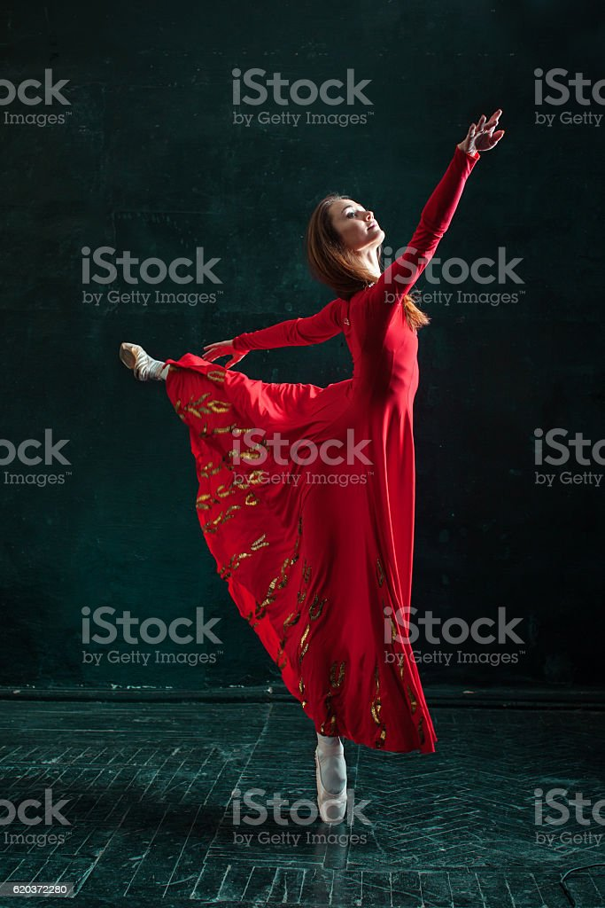 Ballerina posing in pointe shoes at black wooden pavilion foto de stock royalty-free