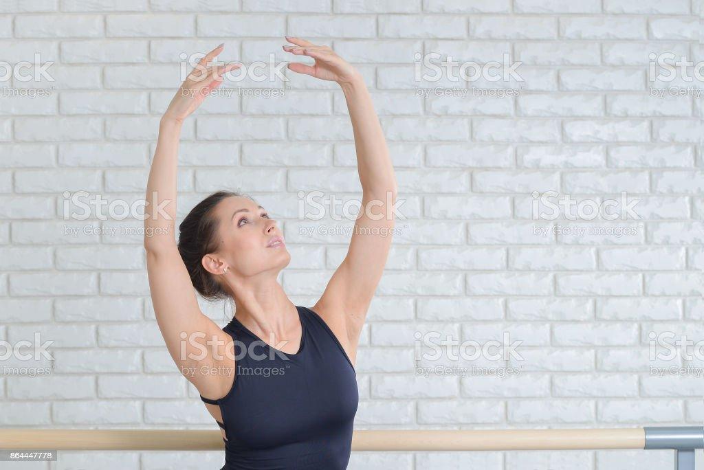 Bailarina practicando baile en el estudio de ballet cerca de barre, closeup retrato. - foto de stock