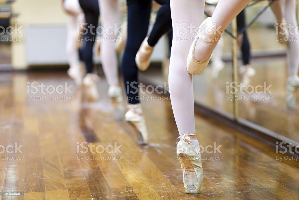 Ballerinas en pointe posición - foto de stock