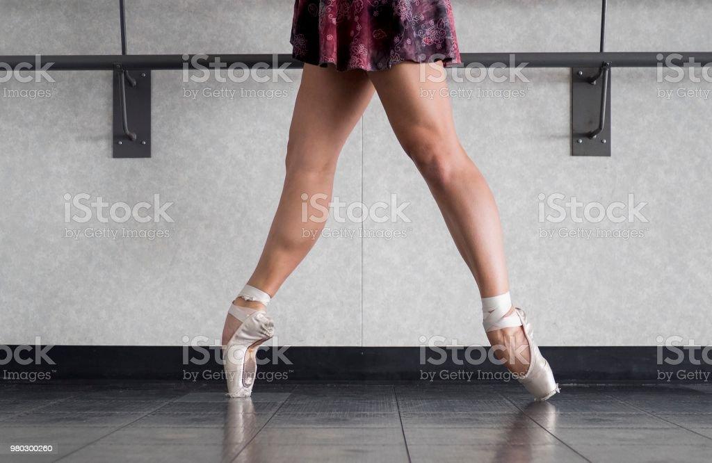 f84cb85f3 Pointe De En Bailarina Ballet En Los Zapatos Del Pointe Con Piernas ...