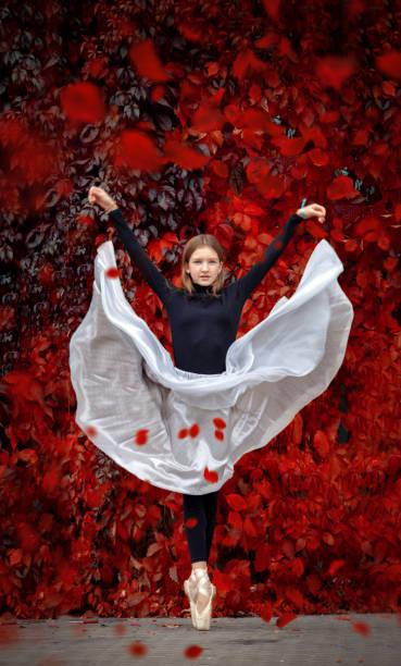 Balletttänzerleistung in der Stadt – Foto