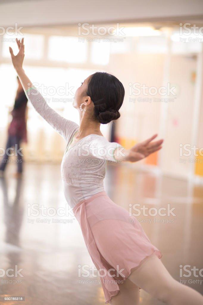 f48d545a7 Bailarín De Ballet Clásico En Estudio De Ballet Brillante Foto de ...