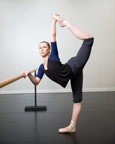 balletttänzerin stretching und warming up vor dem training