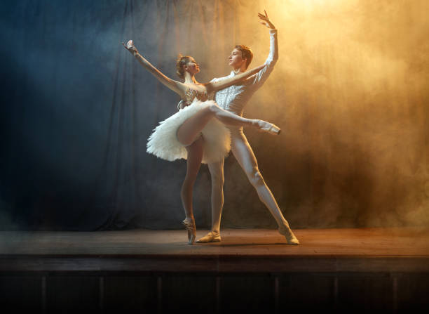 Ballet dancers performing on stage in theatre - foto stock