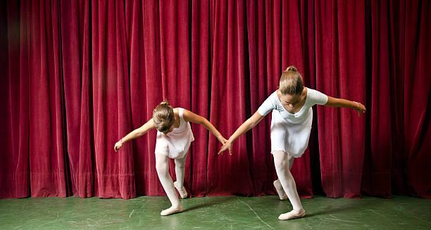 ballett-tänzer - mädchen vorhänge stock-fotos und bilder