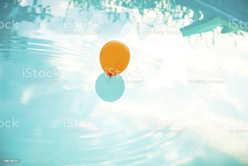 Balão sobre a água - foto de acervo