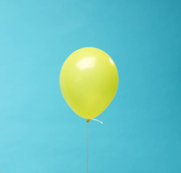 ballon de baudruche - objet jaune photos et images de collection