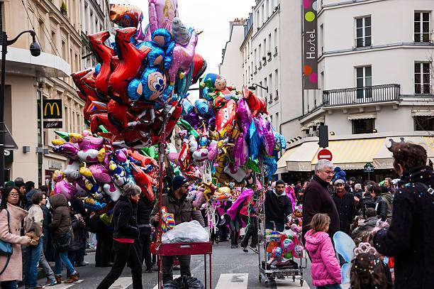 balloon anbieter im karneval in paris. - disney dekorationen stock-fotos und bilder