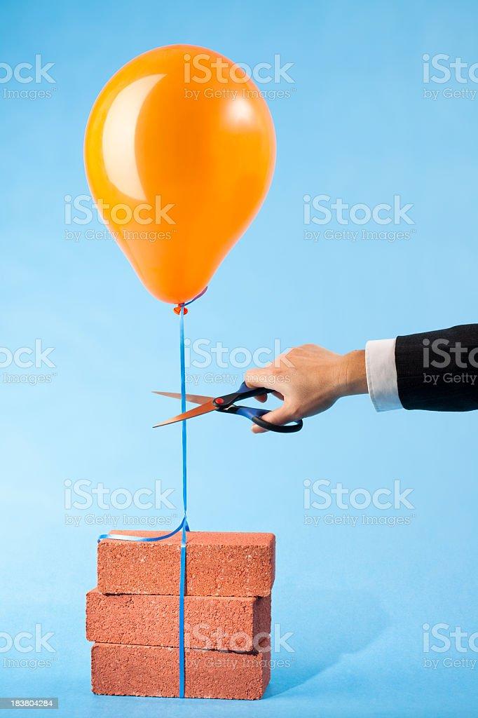 Balloon Spiegel zu drei red bricks, Schere Schneiden string – Foto