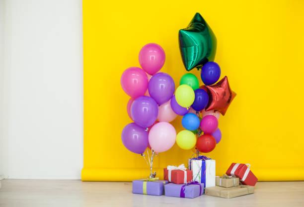luftballons und geschenke zum geburtstag feiern - musik kuchen stock-fotos und bilder