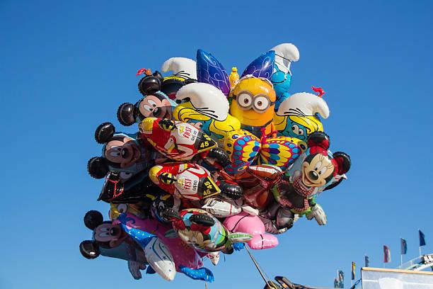 ballons beim oktoberfest in münchen, deutschland, 2015 - disney dekorationen stock-fotos und bilder