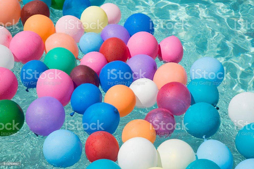 Ballons flottant dans une piscine - Photo